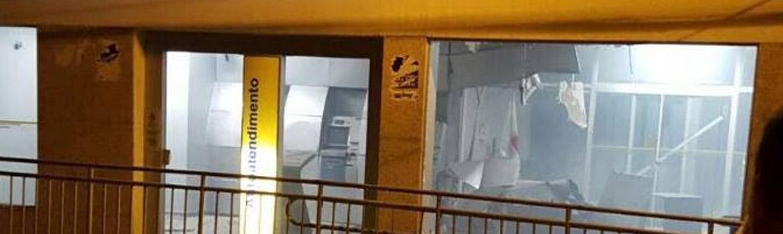 Bandidos fortemente armados explodem caixa eletrônico em Ataléia